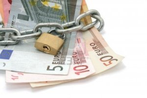 2832451-dinero-bloqueado-por-la-cadena-y-candado